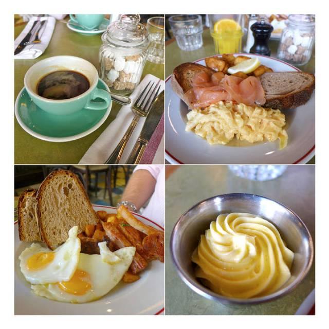 Ekte frokost! Skotsk røkelaks med perfekt eggerøre og sprøstekte poteter. Egg med langstekt svineside og poteter. Ristet surdeigsbrød. Hjemmepisket smør.