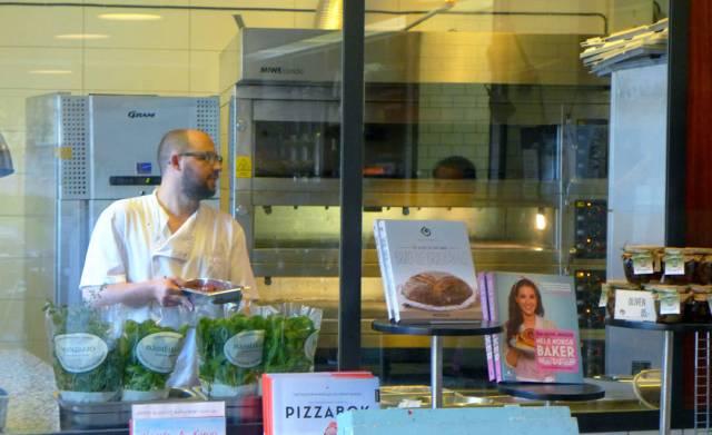 Her selges boka med alle pizzaoppskriftene. Jeg har den, men mangler den fantastiske vedfyrte pizzaovnen for å få helt perfekt pizza slik de lager her.
