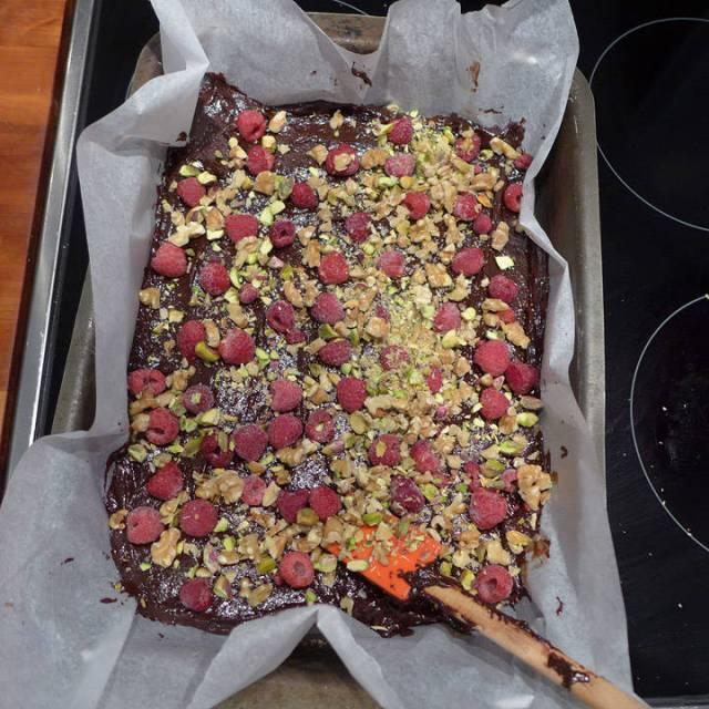 Strø nøtter og bær over kaken.