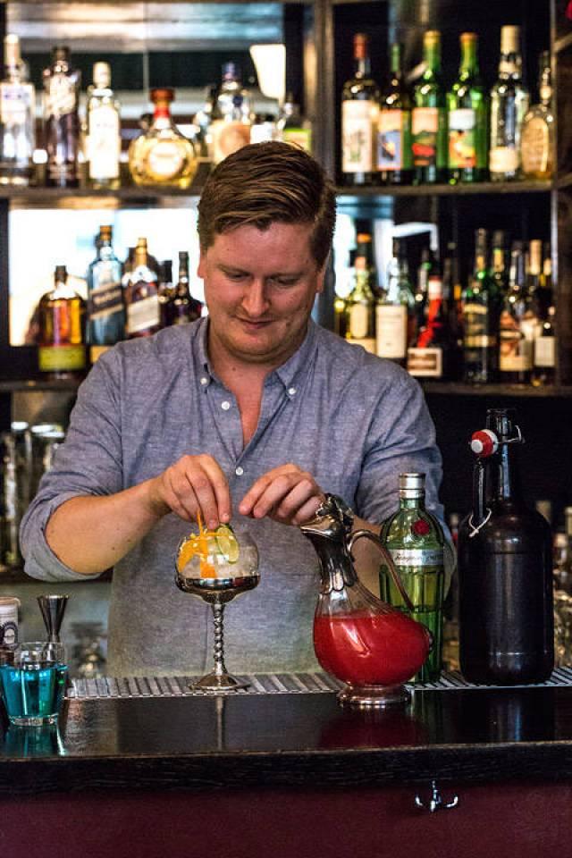 Jesper Høst lager punch. (Foto: Stian Broch/Diageo. Må ikke brukes uten tillatelse fra Diageo.)