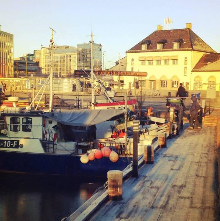 Skalldyr og fisk til salgs fra fiskebåtene på Rådhuskaia i Oslo.