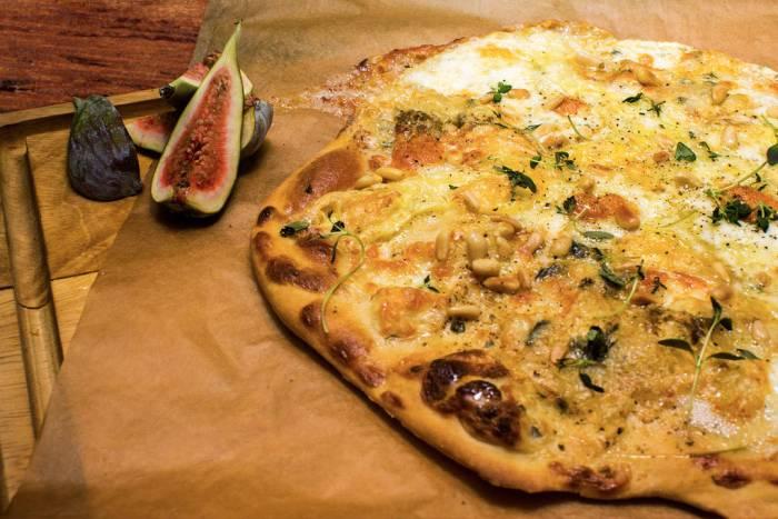 Blå og hvit pizza