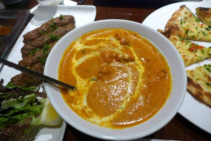 Nydelig butter chicken, kebab og indisk pizza
