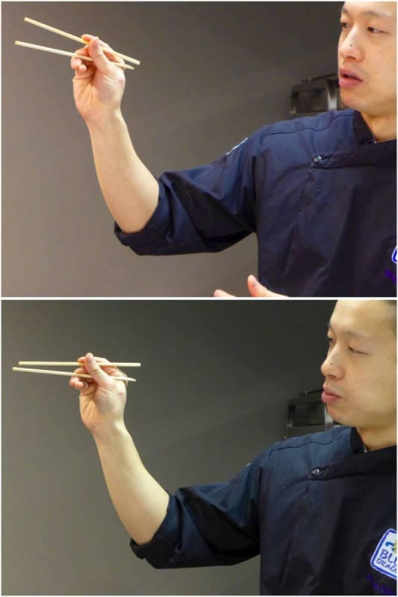 Slik holder man spisepinnene ifølge Chef Wilson Chung.