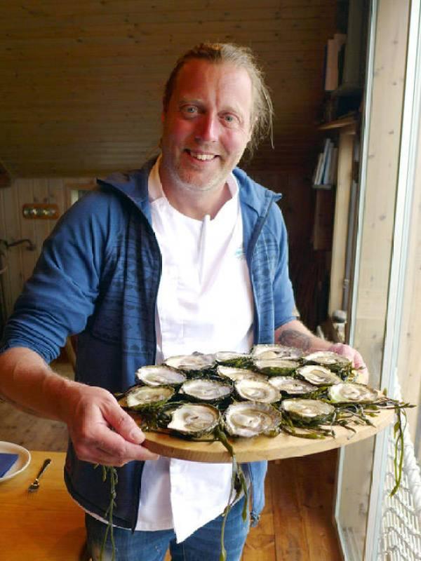 Gustav serverer østers.