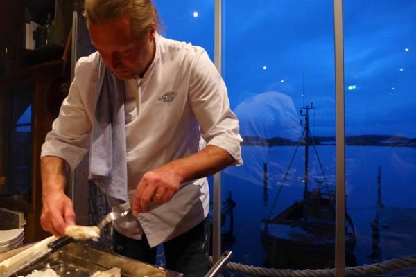 Gustav serverer den ene gullretten etter den andre.