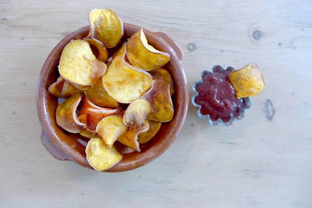 Potetgull av søtpotet med herlig Roast Garlic BBQ-saus til. Dette er min favorittkombinasjon denne sommeren, dere!