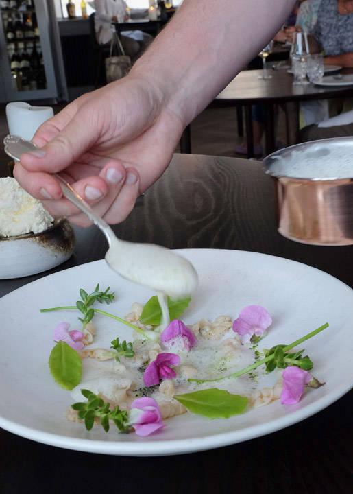 En av signaturrettene: Sautert dansk blekksprut med blåskjellsaus med persille og strandplanter. Det smaker så vidunderlig!