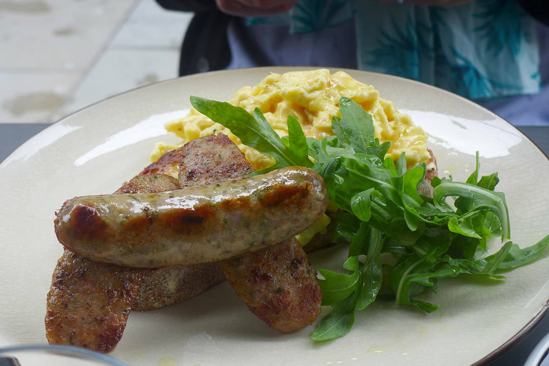Perfekte pølser og smilende eggerøre.
