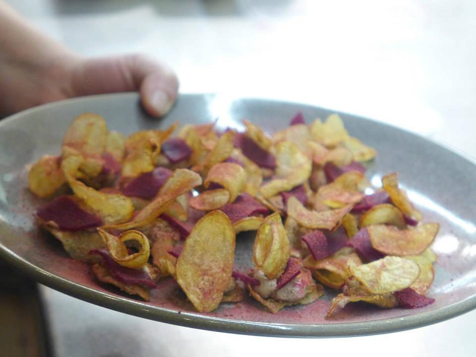 Hjemmelaget potetchips med rødbeter og kyllingmousse.