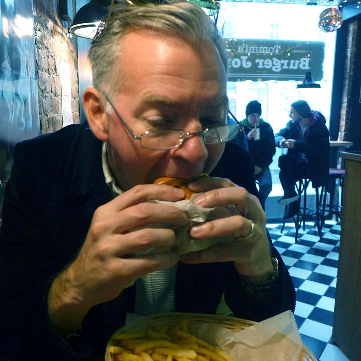Sulten Erik har ikke tid til å posere. Må spise burger, skjønner du. Har ikke tid til å ta av lesebrillene heller.