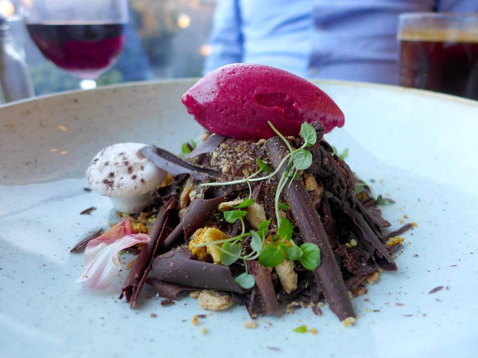 Chocolate forest. En dessert som egner seg til å dele. Karamellmousse, shavet sjokolade, marengssopper, kirsebæris og skogsurter.