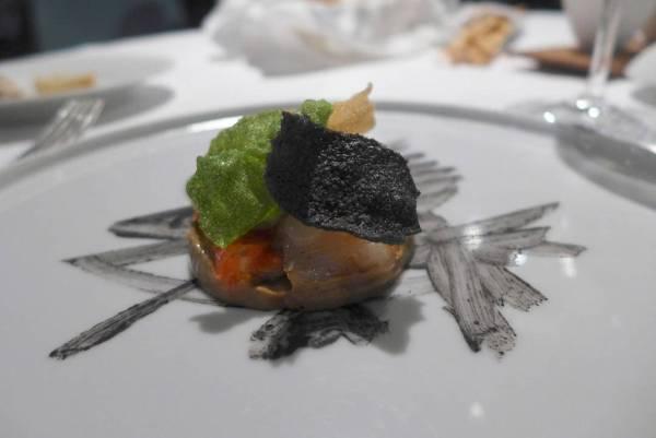 Fiskesuppe på Massimos vis. Forskjellige teksturer av fisk og skalldyr servert med spø tang og fiskesuppe ved siden av. Den smaker som en moderne bouillabaisse.