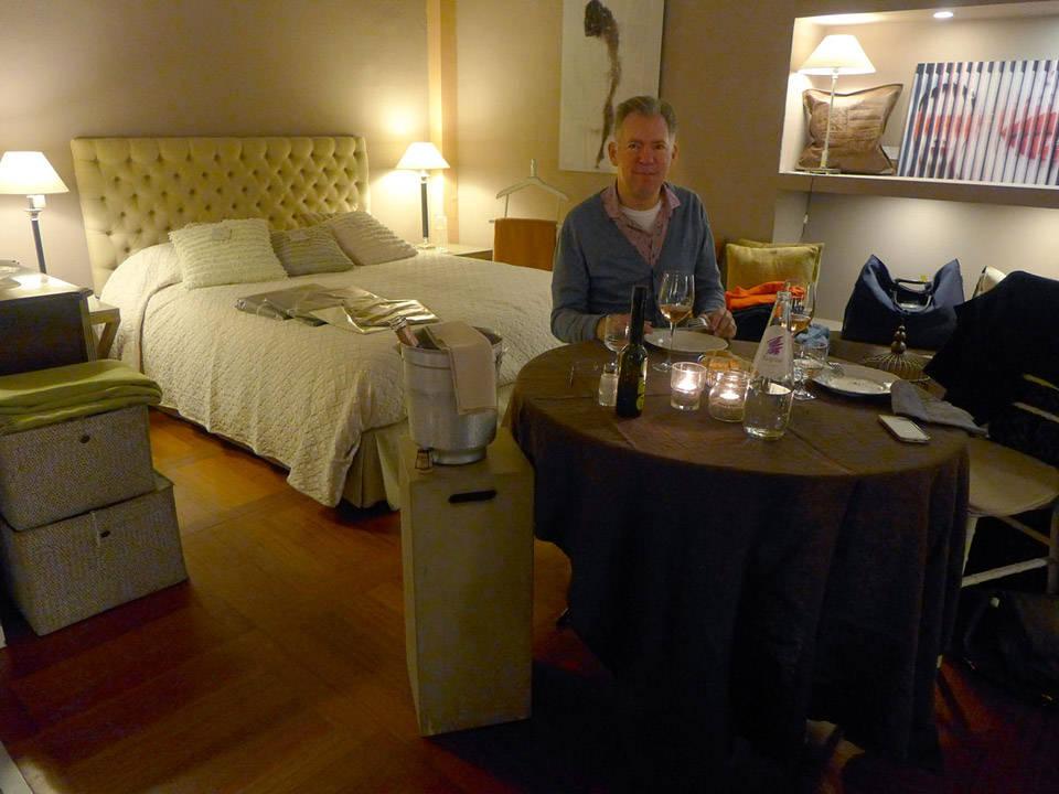 Erik har alt han trenger: Vin, mat og seng.