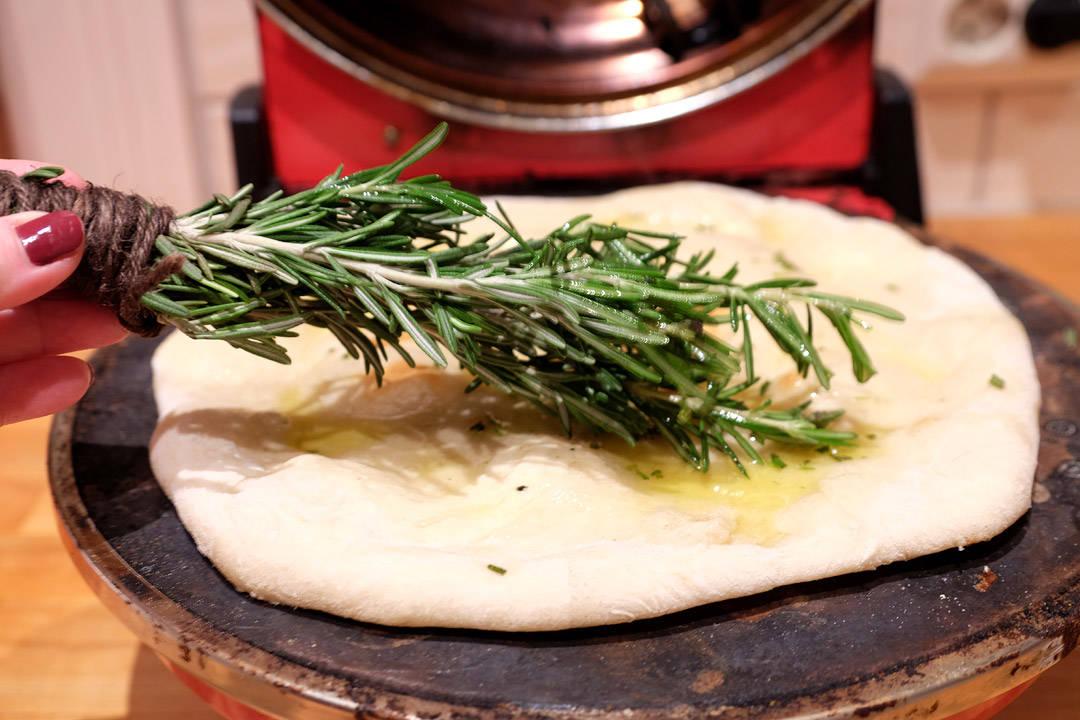 Pizzabunnen pensles med rosmarinolje