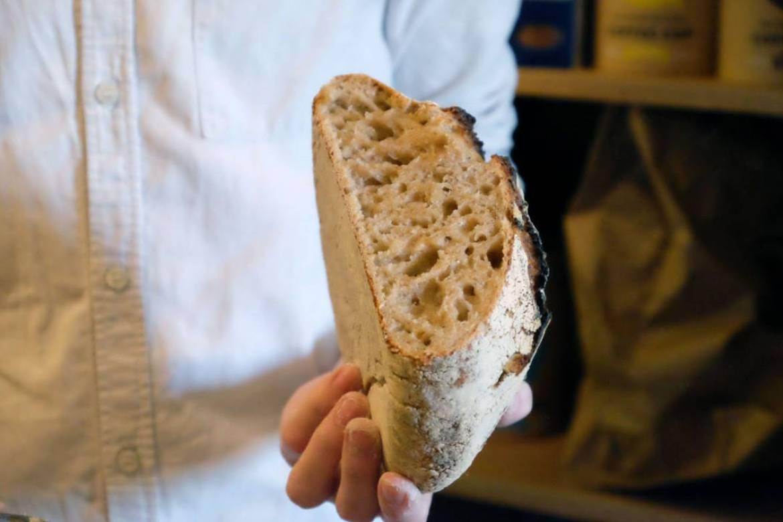 Egentlig skulle vi ha ventet en time med å skjære opp brødet. Men når det lukter nybakt brød i hele butikken, skal vi ikke vente enda lenger altså.