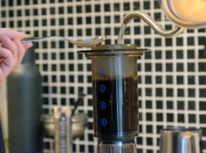 Kolben fylles med kvernet kaffe og vann.