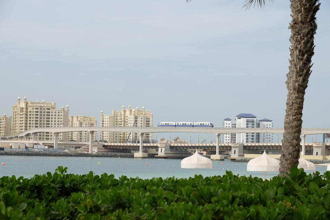 Fra båten utover til The Palms. Trikken du ser kjøre på broen koster 22 dirham å kjøre hvis du kjøper dagskort. Den kan kombineres med metroen og busser.