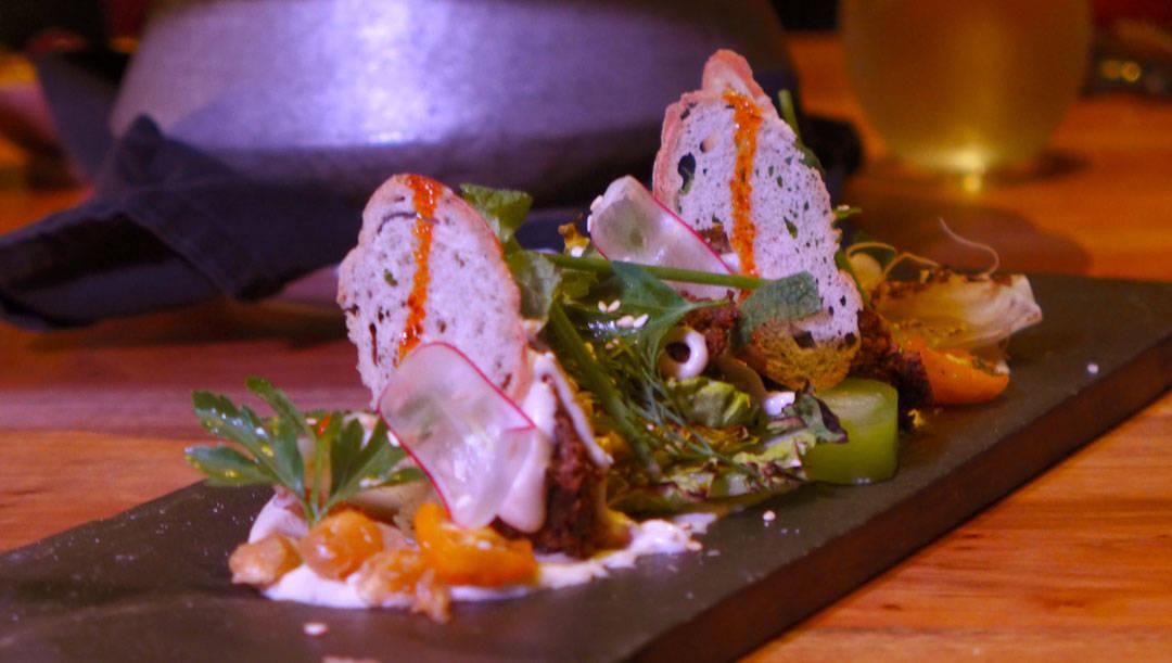 Falafel-salat, grillet salat, agurk og tahini-tarator
