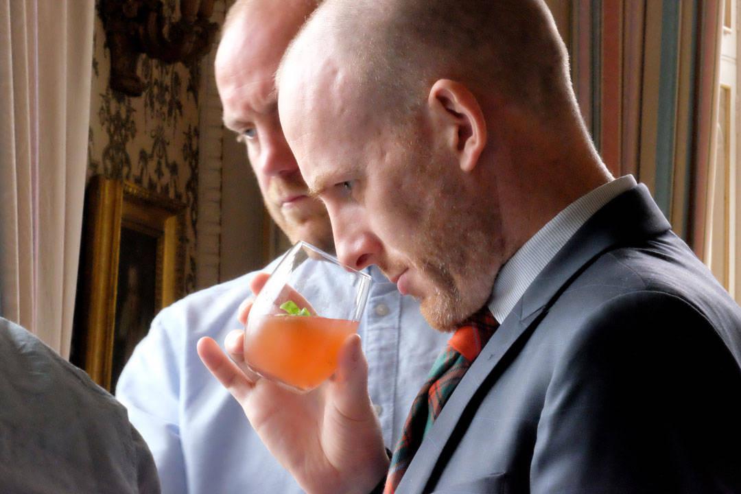 Dommer Tim Judge i full gang med å vurdere resultatet av en av drinkene.