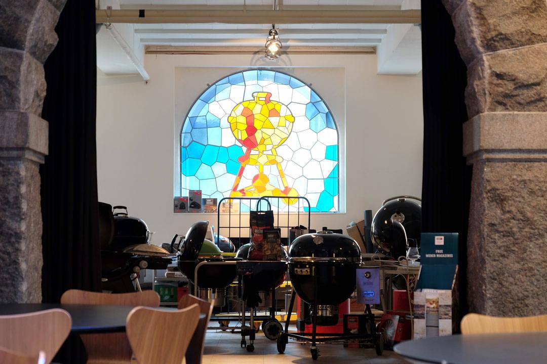Ganske så kult glassvindu hos Weber Grill Academy i København. De har til og med en diskokule i taket som er en kullgrill. Tapeten på veggene er illustrert med små smokere. Gjennomført.
