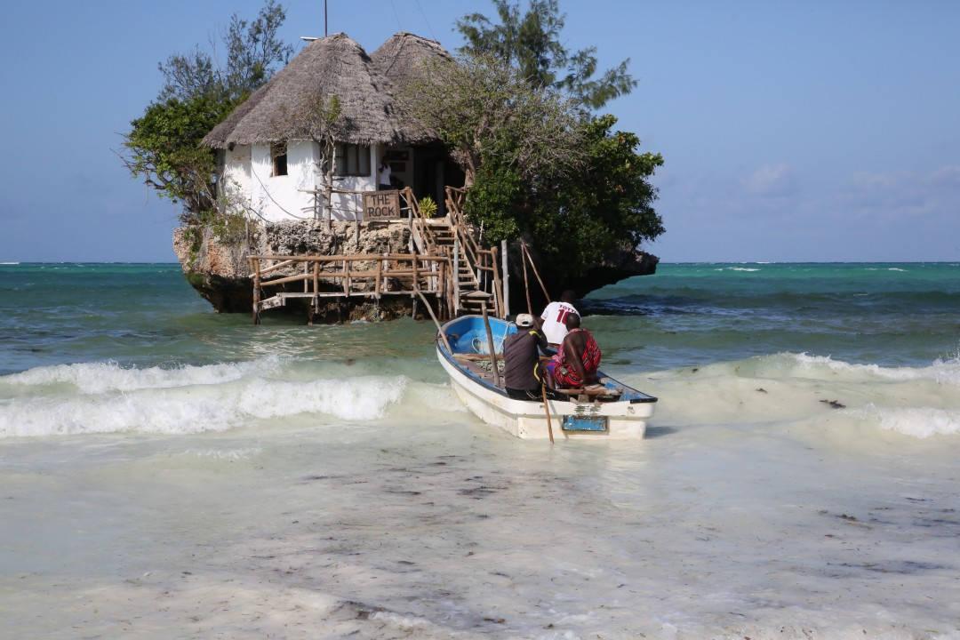 The Rock på Zanzibar. Når det er høyvann må man ta båt ut til restauranten.
