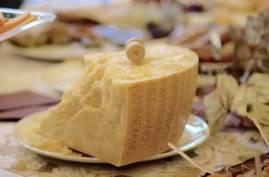 Selvsagt finner du en stor parmesan på bordet. Den lages tross alt i nabolaget.