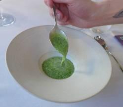 Blåskjell- og dillsaus legges over lokket på østersretten.