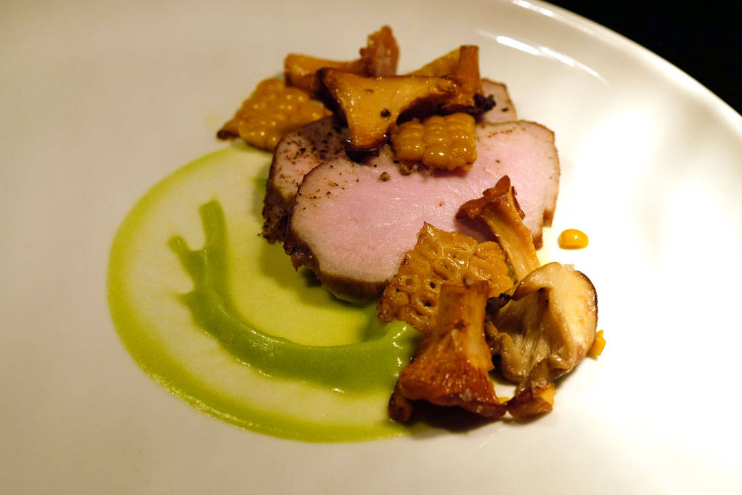 Ytrefilet av gris fra Svartskog med blomkålpuré med ramsløk, mais, kantareller og en vanvittig smakfull svinekraft.