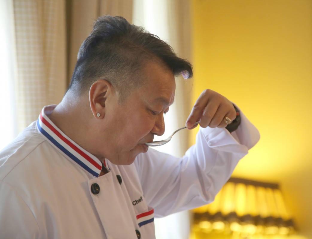 Chef McDang smaker på alt – hele tiden. – Kun da får du den perfekte balansen mellom syre, sødme og salt, sier han.