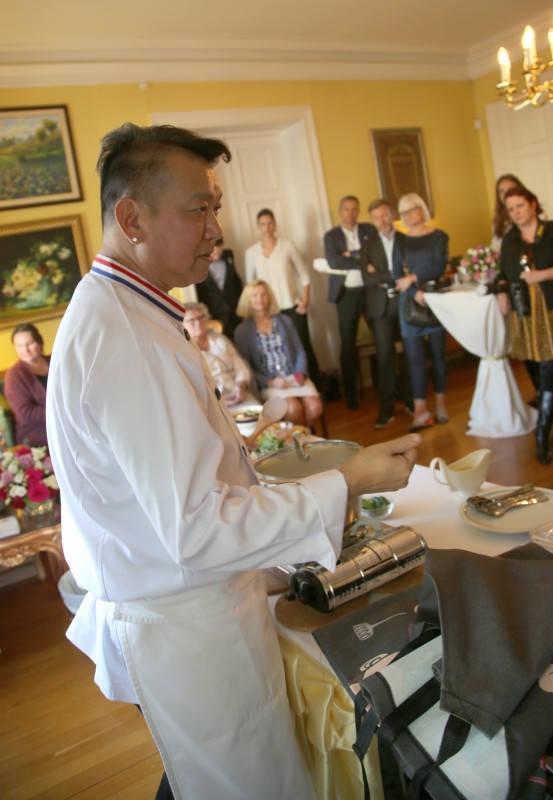Chef McDang foran gjestene på den thailandske ambassaden i Oslo: – Når det er regntid smaker sukker mindre søtt enn under tørketiden. Derfor må man ta en oppskrift med en klype salt ifølgeChef McDang. Smake, smake, smake er oppskriften på å finne den beste balansen mellom syre, sødme og salthet.