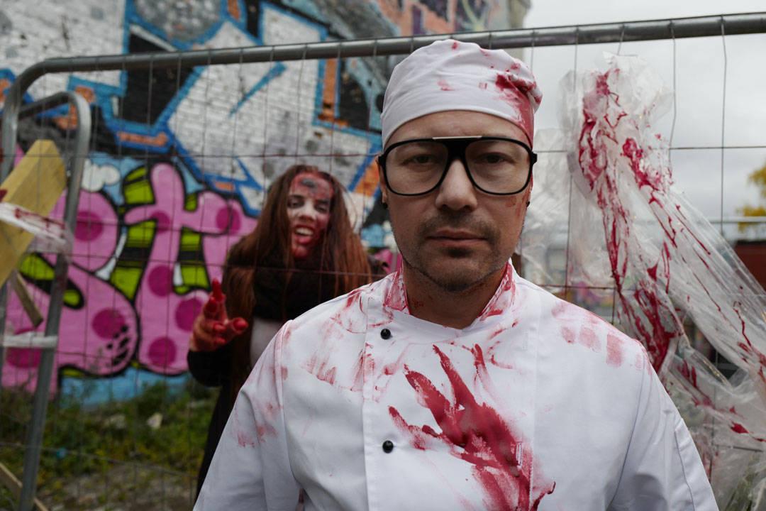 Tom Wolfe med zombie i bakgrunnen.
