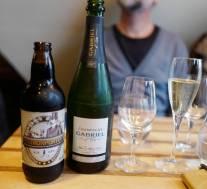 Porter fra Grebbestad bryggeri og Gabriels egen champagne. Faktisk var porteren mye bedre til østersen enn champagnen.
