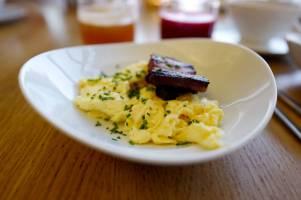 Silkemyk eggerøre med sideflesk.