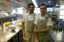 Gabriel og Viktor på kjøkkenet. Viktor er kåret til årets Øko-kokk i Sverige.