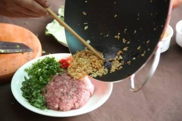 stek løk og bland.