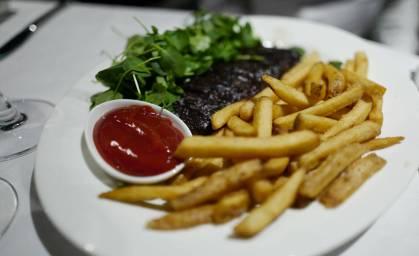 Nydelig steak med perfekte fritter.