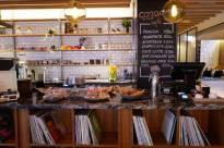Cul café med LP-plater og visstnok en helt legendarisk varm sjokolade.
