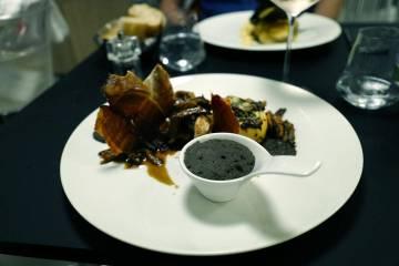 Perlehøne med skum av sort hvitløk, sprø spekeskinke og potetsouffle.