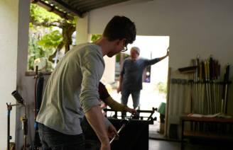 Antoine Pierinis far, som ogå er glasskunstner, står i døren og følger med.