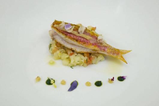 Nydelig Red Mullet med blekksprutblekk, sesongens grønnsaker, pinjekjerner og skalldyrkraft.