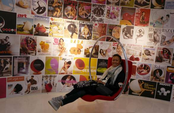 Den kjente stolen fra Eero Aarnio. Godt representert på utallige Playboy-cover.