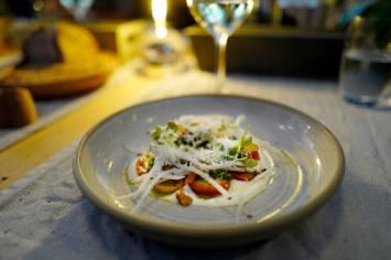 Ricotta, friske og semi-tørkede tomater, reddiker, mandler, pesto og parmesan
