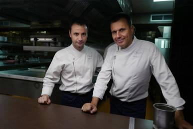 Eduard Xatruch og Oriol Castro. To av hjernene bak Disfrutar. Mateu Casañas finner du i kjøkkenet på Compartir i Cadaques.