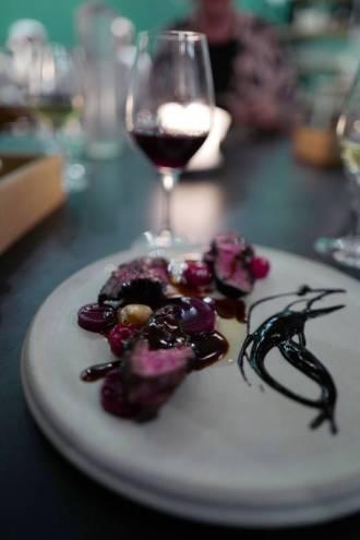 Hanger Steak med sort hvitløkskrem, rødvinsaus, bringebær, rødbeter og røkt margbein.