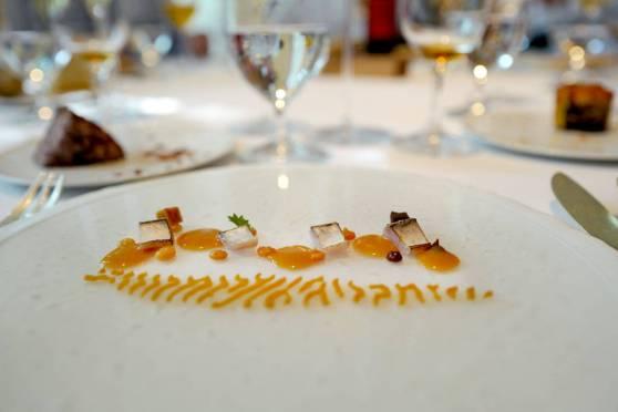 Makrell lagret på fire måter servert med tempeh laget på ganxet-bønner.