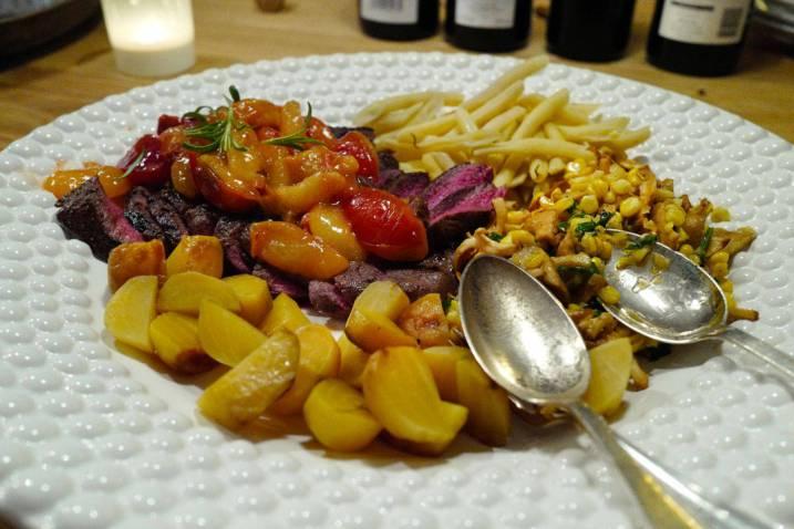 Ytrefilet av rein med bakte gulbeter, voksbønner, sopp og mais samt plommer kokt i stjerneanis.