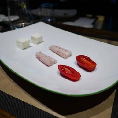 Tomat, røkt fisk og ost. Smaken forandrer seg når ingrediensene kombineres med olivenolje.