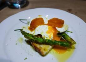 Egg, toast, asparges og bottarga - selvsagt med masse olivenolje.