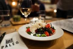 Salat med bush sage, pure, tomat, agurk og ost fra Paros.